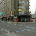 Ansicht der Kreuzung Rechte Wienzeile / Operngasse von der Treitlstraße. Quelle: Stephan Bösch-Plepelits, 2009.